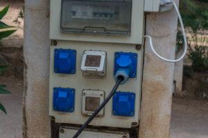 Stromsäule auf einem Campingplatz auf Korsika