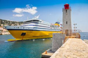 Fähre der Corsica Ferries beim Einlaufen in Nizza